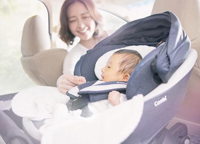 チャイルドシートの赤ちゃんとママ,