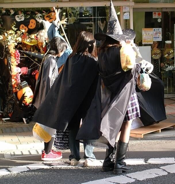 ハロウィンで仮装する子ども,ハロウィン,マント,