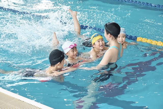 水泳を習う子どもたち,習い事,スポーツ,