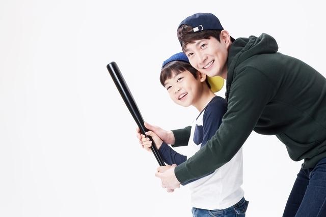 野球をするパパと子ども,習い事,スポーツ,