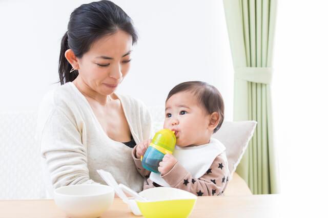 ストローマグで飲み物を飲む赤ちゃんと見守るママ,ストロー,練習,