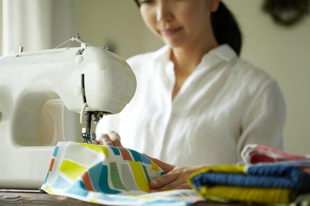裁縫をする女性,ベビーリュック,男の子,