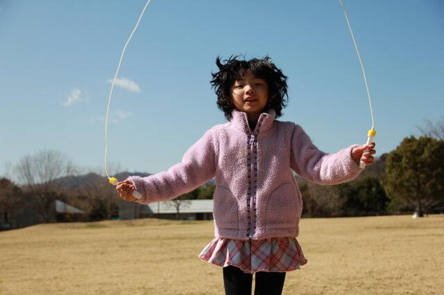 縄跳びをする女の子,外遊び,子ども,道具
