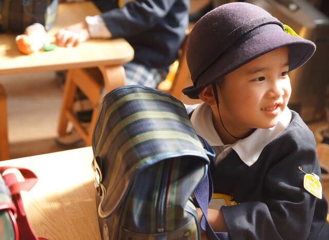 帽子をかぶる園児,幼稚園,帽子,