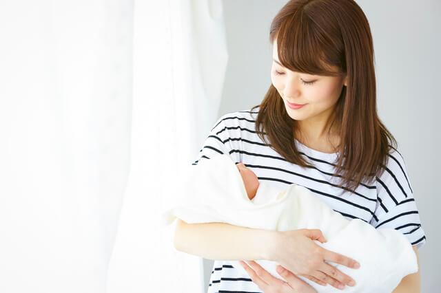 おくるみにくるまれて抱っこされる赤ちゃん,おくるみとは,