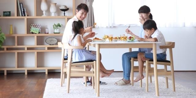 家族の食事風景,離乳食,チェア,