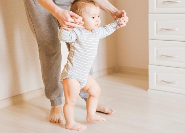 立ち上がる赤ちゃん,離乳食,チェア,