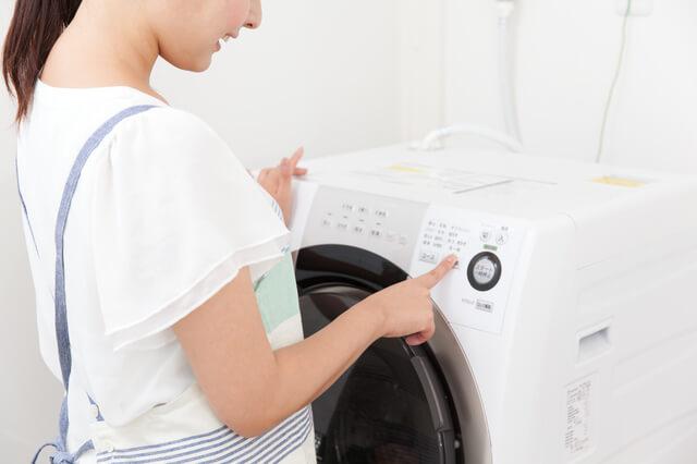 洗濯機を使う女性,布おむつ,洗濯,