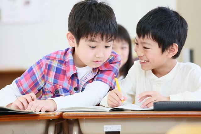 教室で話す男の子たち,小学生,雑誌,