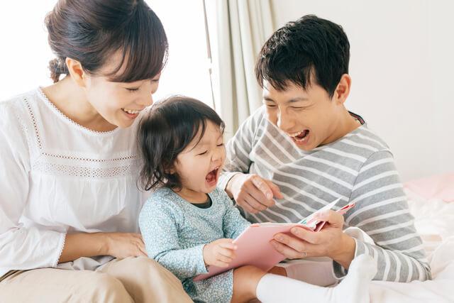 絵本を読んで笑う赤ちゃんと家族,音の出る絵本,
