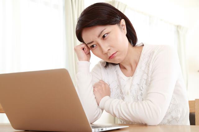 PCを見て思い悩む女性,チャイルドシート,レンタル,比較