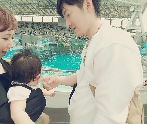 赤ちゃんのほっぺを触るパパ,名古屋港水族館,イルカ,