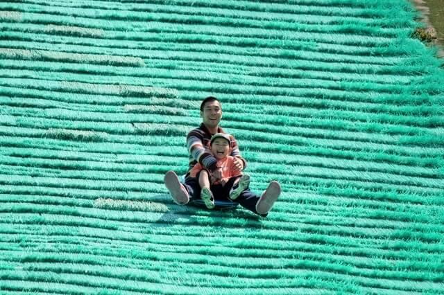 芝そりする親子,赤城クローネンベルク,ドイツ村,体験