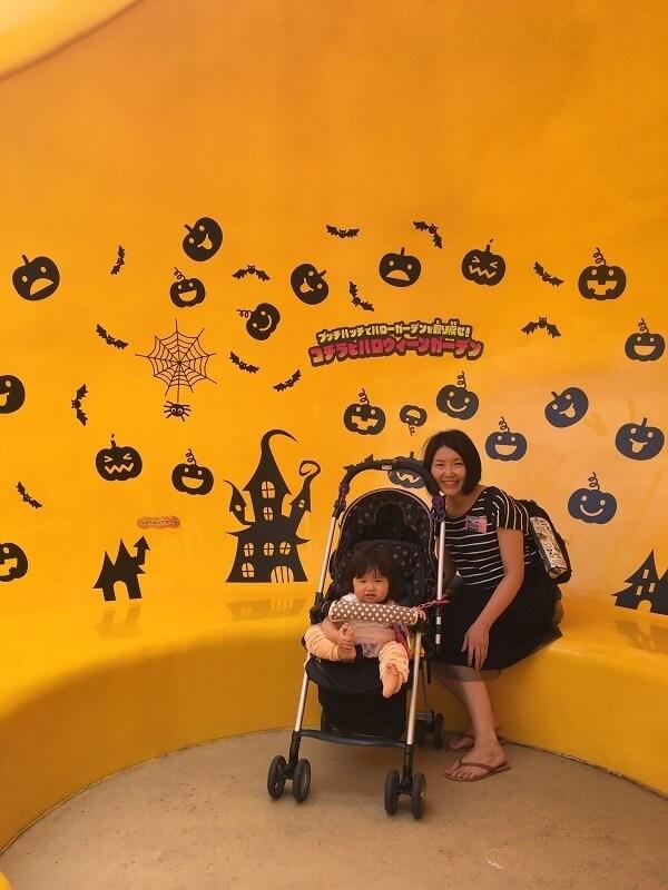 黄色のベンチに座る母親,鈴鹿サーキット,遊園地,モートピア