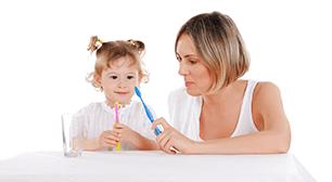 歯ブラシを持つ母子,歯磨き,2歳児,