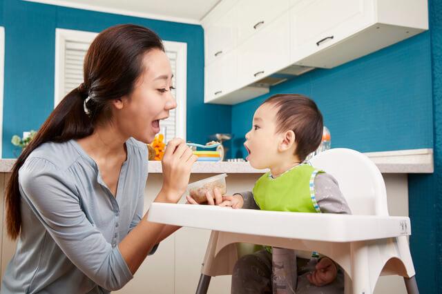 離乳食食べる赤ちゃんとママ,離乳食,わかめ,