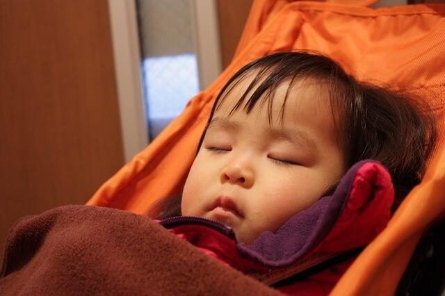 ベビーカーで寝る子ども,ベビーカー,ブランケット,クリップ