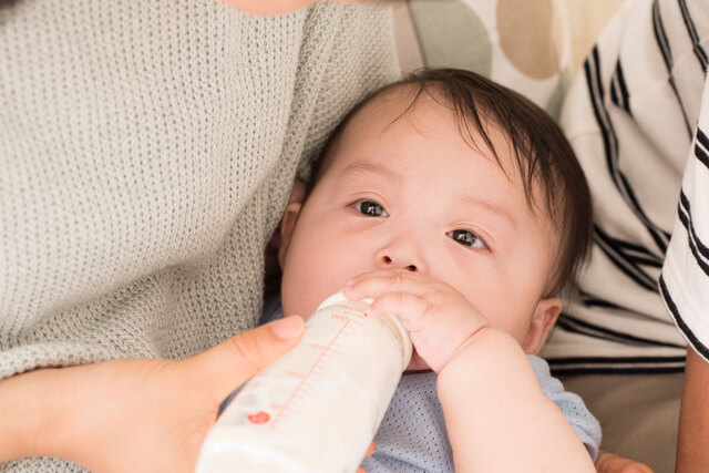 ミルクを飲む赤ちゃん,赤ちゃん,ミネラルウォーター,