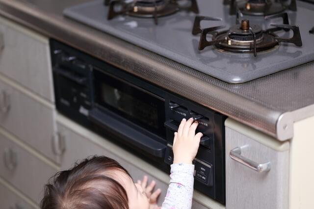 キッチンでの赤ちゃんのいたずら,ベビーゲート,
