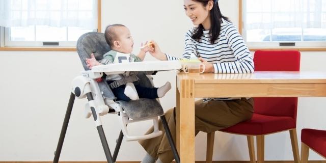 食事する赤ちゃん,離乳食,チェア,