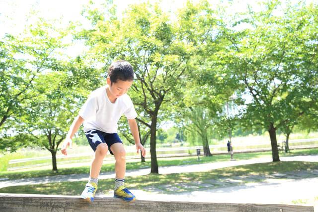公園で遊ぶ子ども,キッズ,ジャージ,