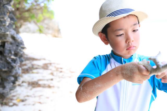 砂浜で遊ぶ少年,子ども,帽子,
