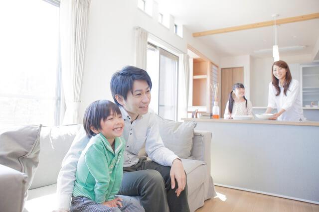 リビングでテレビを見る父子,男の子,人気,キャラクター