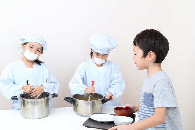 給食当番でマスクをつける子ども,手作り,マスク,