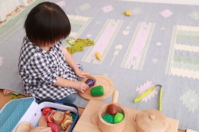 おままごとキッチンで遊ぶ子ども,手作り,おままごと,