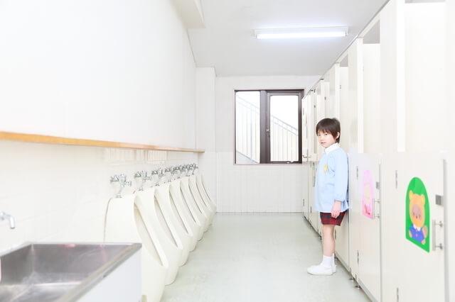 トイレにたたずむ子供,トイレトレーニング,いつから,体験談