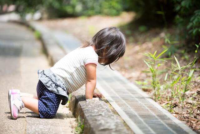 外遊びをする子ども,トイレトレーニング,いつから,体験談