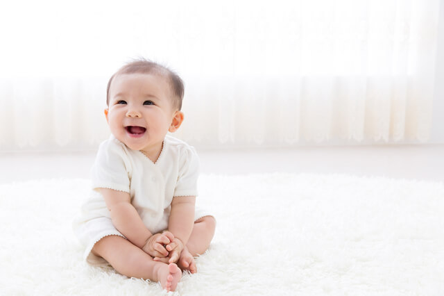お座りしている赤ちゃん,赤ちゃん,防水シーツ,選び方