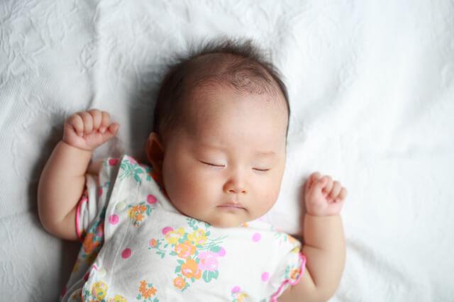 花柄の洋服を着て寝る女児,赤ちゃん,防水シーツ,選び方