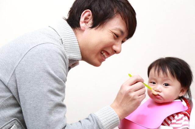 離乳食を食べる子どもとあげる父親,離乳食,じゃがいも,