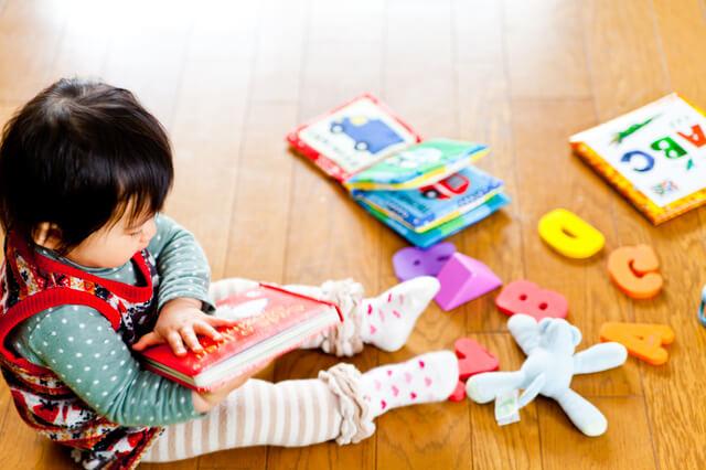 知育絵本を読む子ども ピクスタ,絵本,おすすめ,知育絵本