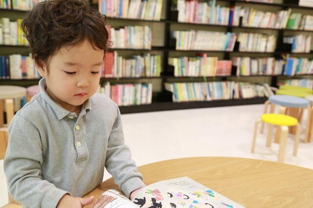 絵本を読む子ども,絵本,もうぬげない,
