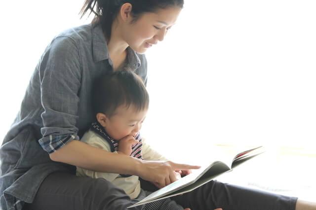 本を読む親子,動物,絵本,