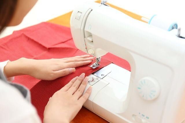 ミシンを使う女性,ランドセルカバー,手作り,