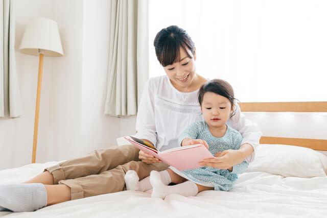 絵本を読んでもらう女の子,2歳,絵本,