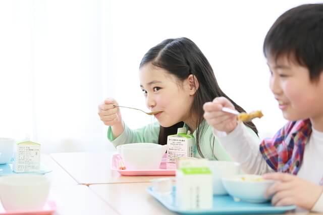 給食を食べる子ども,食事マナー,