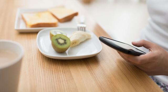 スマホを見ながら食事,食事マナー,
