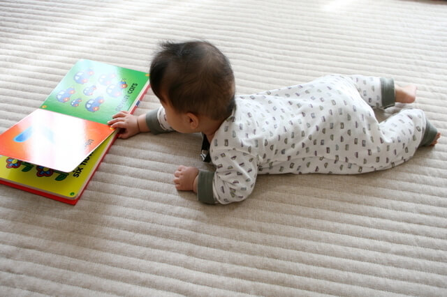 絵本に触る赤ちゃん,絵本,選び方,読み方