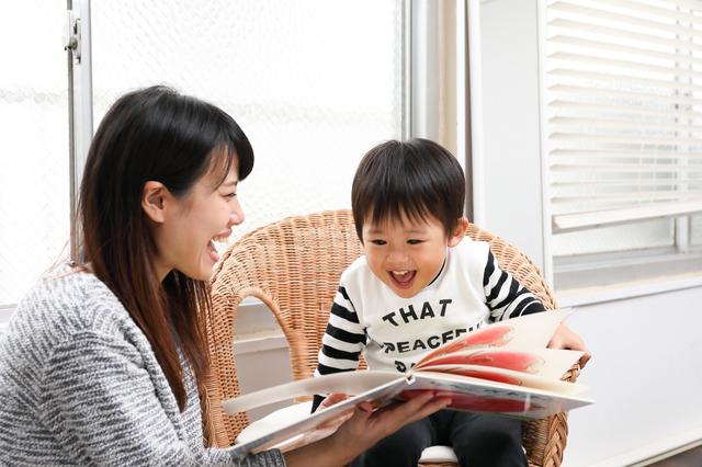 本を読む親子,いないいないばあ,絵本,