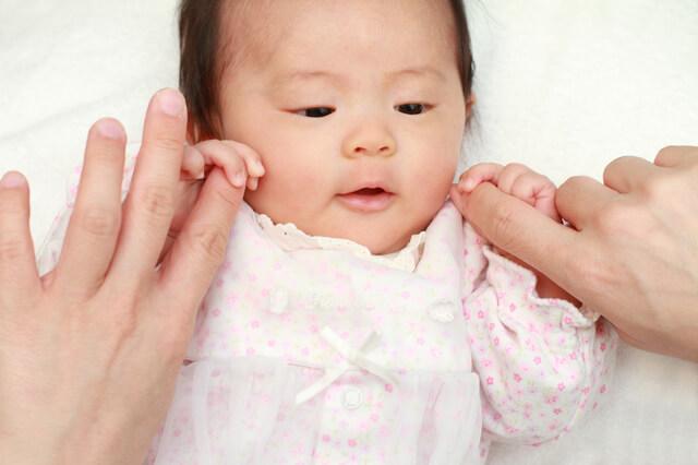 ママの手を握る赤ちゃん,出産祝い,女の子,