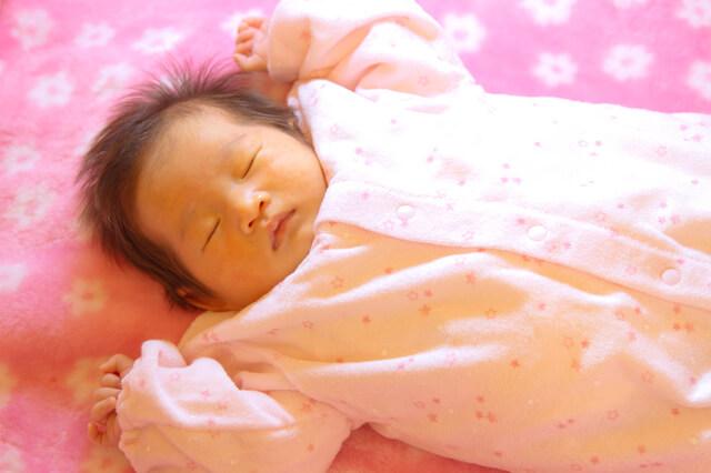 ばんざいして寝る女の子,出産祝い,女の子,