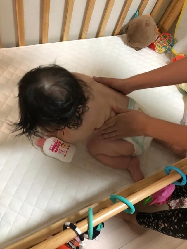 赤ちゃんに保湿剤を塗っている画像,コズレ,プレゼント,当選