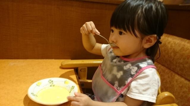ごはんを食べる女の子,離乳食,スケジュール,