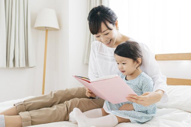 絵本を読む親子,トイレトレーニング,絵本,