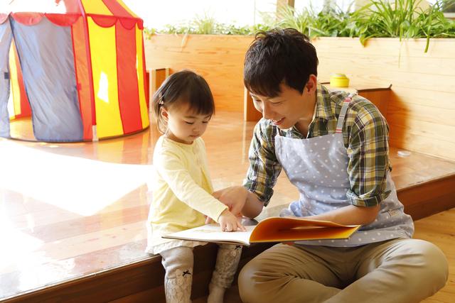 絵本を読む保育士さんと子ども,中川ひろたか,
