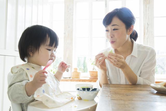 食事をするママと子ども,カルシウム,粉チーズ,